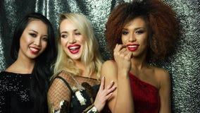 Unga nätta kvinnor i glamourklänningar lager videofilmer