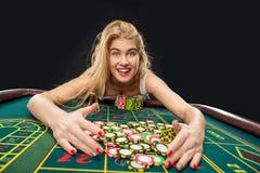 Unga nätta kvinnor som spelar rouletten, segrar på kasinot Arkivbilder