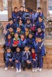 Unga nepalesiska studenter på en skolatur till Bhaktapur Arkivbilder