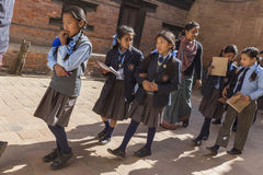Unga nepalesiska studenter på en skolatur till Bhaktapur Fotografering för Bildbyråer