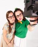 Unga nerdy flickor som tar en selfie med den ögonblickliga kammen Royaltyfri Foto