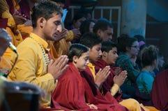 Unga noviser på Ganga Aarti ceremoni i den Parmarth Niketan ashramen Arkivbilder