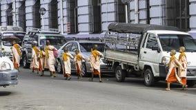 Unga nunnor i Yangun Arkivfoto