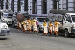 Unga nunnor i Yangun Royaltyfri Bild