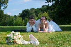 Unga nygift personpar Arkivfoton