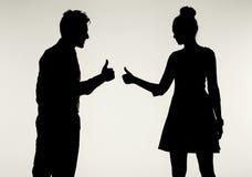 Unga och fridsamma par som visar reko gest Royaltyfria Foton