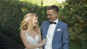 Unga och härliga brölloppar tillsammans Älskvärd brudgum och brud bröllop för tappning för klädpardag lyckligt långsam rörelse arkivfilmer