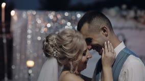 Unga och härliga brölloppar tillsammans Älskvärd brudgum och brud bröllop för tappning för klädpardag lyckligt långsam rörelse lager videofilmer