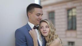 Unga och härliga brölloppar tillsammans Älskvärd brudgum och brud bröllop för tappning för klädpardag lyckligt långsam rörelse stock video