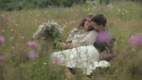 Unga och härliga par tillsammans älskvärd mankvinna långsam rörelse lager videofilmer