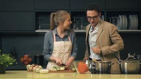 Unga och lyckliga par i köket stock video