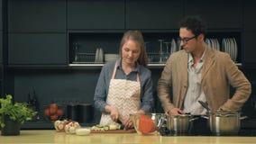 Unga och lyckliga par i köket arkivfilmer