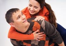 Unga och lyckliga par som ut tillsammans hänger Royaltyfri Foto