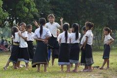 Unga oidentifierade flickor som spelar i skola Royaltyfri Bild