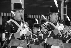 Unga oidentifierade män i soldatdräkt ståtar Royaltyfria Bilder