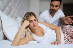 Unga olyckliga par som har problem i förhållande Royaltyfri Fotografi
