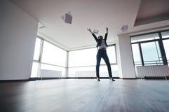 Unga papperen för affärskvinnakast i luft Arkivfoto