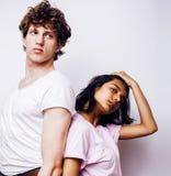 Unga par av blandade lopp flickvän och pojkvän som har gyckel på vit bakgrund, tonårs- folkbegrepp för livsstil arkivfoto