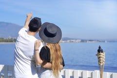 Unga par av det handelsresandebeackgroundhavet/havet Lyckliga älska par på den tropiska stranden för sommar Semester turism, hoon Royaltyfri Foto