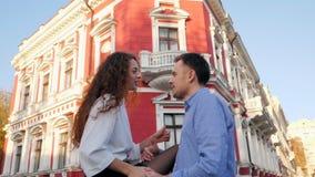 Unga par av mannen och kvinnan meddelar och att tala tillsammans Det stilfulla paret eller studenter i affär beklär lyckligt att  arkivfilmer