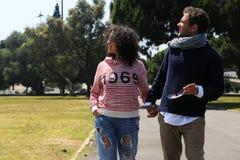 Unga par av turister på ferie royaltyfri bild