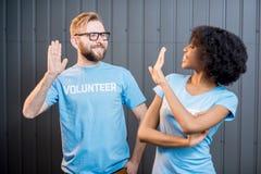 Unga par av volontärer Arkivfoton