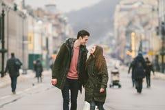 Unga par, den heterosexuella pojken och flickan av den Caucasian nationaliteten som älskar par, går runt om mitten av landet av e arkivbilder