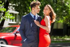 Unga par eller europeisk kvinna och man arkivfoton