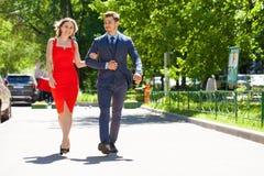 Unga par eller europeisk kvinna och man som g?r p? stadsgatan royaltyfria foton