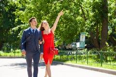 Unga par eller europeisk kvinna och man som g?r p? stadsgatan royaltyfria bilder