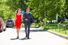 Unga par eller europeisk kvinna och man som g?r p? stadsgatan arkivbilder