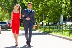 Unga par eller europeisk kvinna och man som g?r p? stadsgatan royaltyfri bild