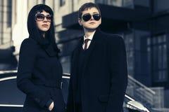 Unga par för modeaffär mot kontorsbyggnad Arkivfoto