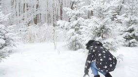 Unga par för vinter som har gyckel som utomhus spelar i snö Vinter- och julbegrepp arkivfilmer
