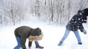 Unga par för vinter som har gyckel som utomhus spelar i snö Vinter- och julbegrepp lager videofilmer