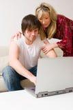 Unga par genom att använda bärbar dator arkivbilder