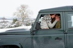 Unga par i bil i snow Royaltyfri Fotografi