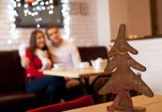 Unga par i cafe på aftonen Royaltyfri Fotografi