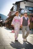 Unga par i kimonoklänning Fotografering för Bildbyråer
