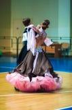 Unga par konkurrerar, i att dansa för sportar Royaltyfria Bilder