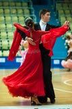 Unga par konkurrerar, i att dansa för sportar Royaltyfri Foto