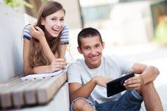 Unga par med den digitala tableten Arkivfoto