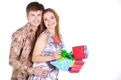Unga par med gåvor Fotografering för Bildbyråer