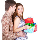 Unga par med gåvor Royaltyfri Fotografi