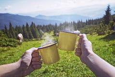 Unga par med kopp te, medan se på skog arkivfoto