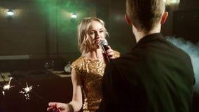 Unga par med tomtebloss som dansar och sjunger i en nattklubb stock video