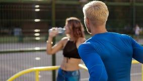 Unga par, når de har joggat ha, vilar royaltyfria foton
