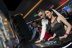 Unga par på kasinot fotografering för bildbyråer