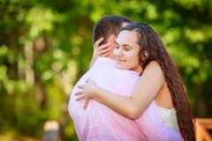 Unga par på parken royaltyfri fotografi