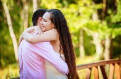Unga par på parken royaltyfria bilder
